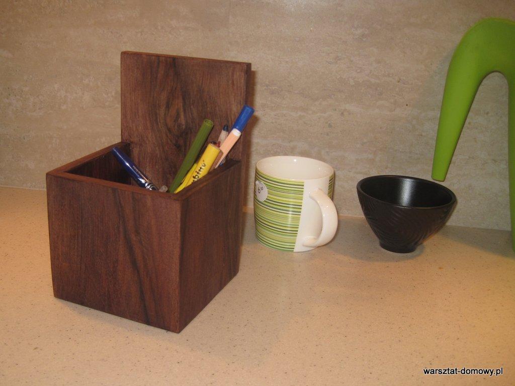 fornirowane pudełko na długopisy