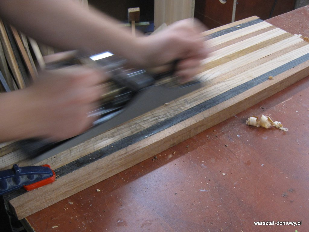 Deska do krojenia z kolorowego drewna - równanie panelu