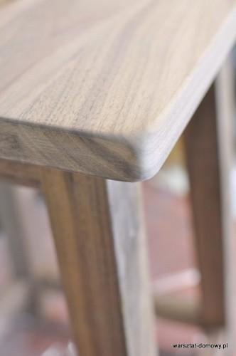 DSC 0333 332x500 Stołek barowy z drewna orzechowego